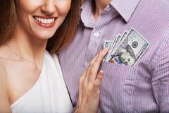 Façonnez les beaux couples dans l'amour tenant l'argent le budget de famille Photo stock