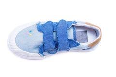 Façonnez les chaussures de bébé de denim les pieds d'enfants en bas âge Badine des espadrilles d'isolement sur le fond blanc Images stock