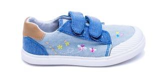 Façonnez les chaussures de bébé de denim les pieds d'enfants en bas âge Badine des espadrilles d'isolement sur le fond blanc Images libres de droits