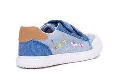 Façonnez les chaussures de bébé de denim les pieds d'enfants en bas âge Badine des espadrilles d'isolement sur le fond blanc Photographie stock