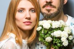 Façonnez les couples dans l'amour avec un bouquet blanc de couleur dans le goujon Photographie stock libre de droits