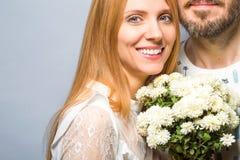 Façonnez les couples dans l'amour avec un bouquet blanc de couleur dans le goujon Photo stock