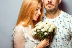 Façonnez les couples dans l'amour avec un bouquet blanc de couleur dans le goujon Photographie stock