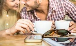 Façonnez les couples de jeunes amants au cafétéria de barre de café Image stock