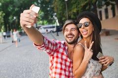 Façonnez les couples faisant la photo de selfie dans la ville Photos stock