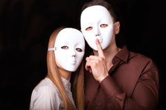 Façonnez les couples heureux dans l'amour se tenant avec le visage de masque Photographie stock