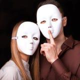 Façonnez les couples heureux dans l'amour se tenant avec le visage de masque Photo stock
