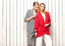 Façonnez les couples posant dans le studio, style de Vogue Image stock