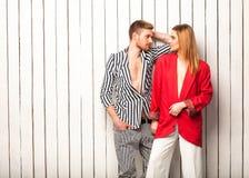Façonnez les couples posant dans le studio, style de Vogue Photos libres de droits
