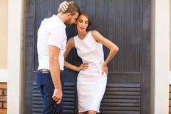 Façonnez les couples se tenant dans le quart européen, dans les dres blancs Photos stock
