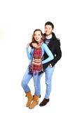 Façonnez les jeunes couples dans des vêtements de l'hiver d'isolement sur le backgro blanc Photographie stock libre de droits