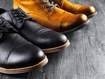 Façonnez toujours à des hommes la vie de bottes sur le fond en bois Image stock