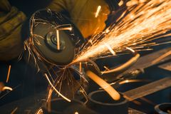 Faíscas bonitas da rotação e do corte do metal à mão fotografia de stock royalty free