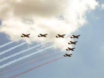 Faíscas Branco-e-vermelhas - equipe aerobatic da demonstração das forças aéreas polonesas Fotos de Stock