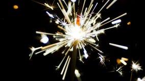 Faíscas dos fogos-de-artifício dos chuveirinhos vídeos de arquivo