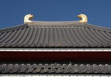 Faîtière avec des tuiles de toit de shibi de Sensoji Images stock
