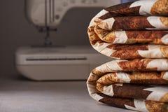 Fałdowa patchwork koc na białej drewnianej powierzchni na szwalnej maszyny tle Obraz Stock