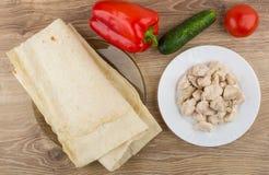 Fałdowy lavash, warzywa i kawałki gotowany kurczaka mięso, fotografia stock
