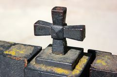 Fałszujący żelazo krzyż na kościelnym ogrodzeniu fotografia royalty free