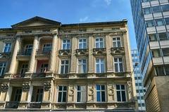 Fa?ade d'Art Nouveau du b?timent et du fragment des immeubles de bureaux modernes photographie stock libre de droits