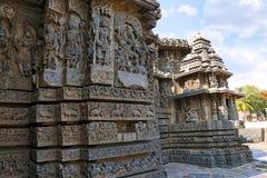 Fa-ade und aufwändige Wandentlastung der Westseite, Hoysaleshwara-Tempel, Halebidu, Karnataka Lizenzfreie Stockbilder