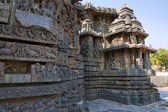 Fa-ade und aufwändige Wandentlastung der Westseite, Hoysaleshwara-Tempel, Halebidu, Karnataka Stockbild