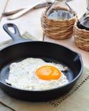 Fa colazione l'uovo fritto in una padella del ferro Immagini Stock
