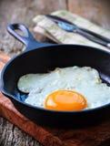 Fa colazione l'uovo fritto in una padella del ferro Fotografia Stock