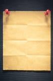 Fałdowy nutowy papier na drewnie Obraz Stock