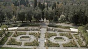 Fa il giardinaggio e la città italiana nell'ambiente naturale stock footage