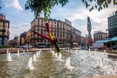 Fa il nodo di filo, scultura famosa a Milano immagini stock