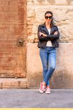 Fa?onnez le portrait d'une jeune femme dans le neig urbain europ?en d?labr? image stock