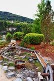 Fa scendere le alpi per mezzo di uno scivolo di legno Austria del Tirolo dei barilotti Immagini Stock