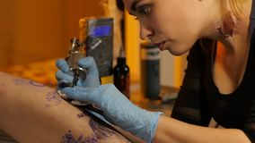 Fa un bello tatuaggio nello studio archivi video