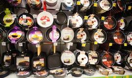 Fa una panoramica della mensola in supermercato Immagini Stock Libere da Diritti