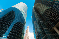 Façade bleue de gratte-ciel Constructions de Berlin silhouett en verre moderne Images stock