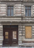 Façade d'abandonner embarqué vers le haut du bâtiment Photo libre de droits