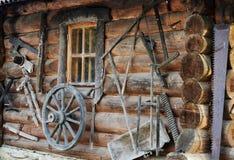 Façade de hutte en bois antique de rondin Image stock