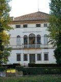 Façade élégante d'une villa située dans la rive droite du Brenta dans le village de Mira dans la province de Venise en Vénétie ( Images libres de droits