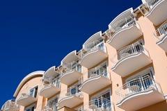 Façade orange avec le ciel bleu Image stock
