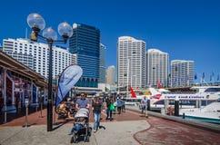 Faamily marche le long de la promenade chez Darling Harbour Images libres de droits
