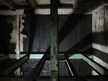 Fabbrica abbandonata interno con le ombre e la luce Fotografie Stock