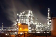 Fabbrica alla notte, industria petrolifera fotografie stock