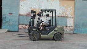 Fabbrica asiatica di industria di indumento: Azionamenti del carrello elevatore da #1 video d archivio