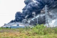Fabbrica bruciante del fuoco fotografia stock libera da diritti