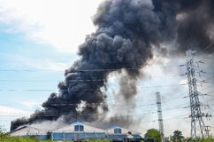 Fabbrica bruciante del fuoco immagini stock