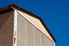 Fabbrica che buliding sulla priorità bassa del cielo blu Fotografie Stock Libere da Diritti