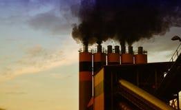 Fabbrica che libera inquinamento atmosferico Immagine Stock Libera da Diritti