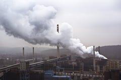 Fabbrica con molti fumaioli e grande fumo, inquinamento atmosferico Fotografia Stock