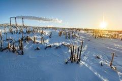 Fabbrica dei tubi su un fondo del paesaggio del campo di inverno Immagine Stock